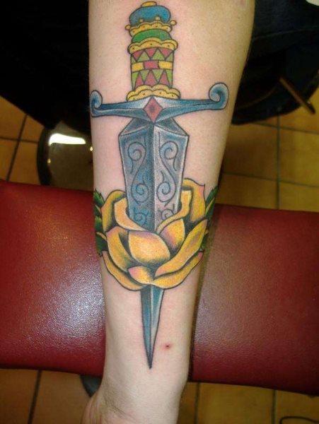 Magnifico diseño con un cuchillo con muchos colores dentro de una flor de color amarillo.