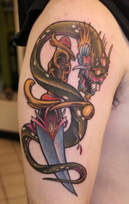 Imagen más animada y con mucho colorido. La rara serpiente rodea por completo con su cuerpo la navaja.
