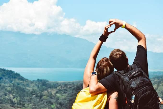 Hombre Acuario y Mujer Géminis: Compatibilidad en Amor, sexo y amistad