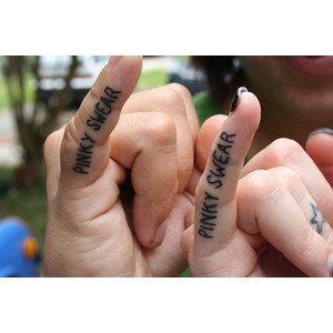 Pinki promesa es lo que se dice en esta ocasión y se ha tatuado en el dedo con el que se hace el acuerdo.