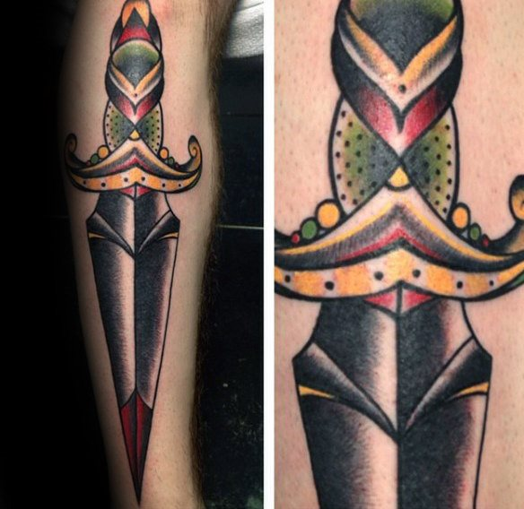 tatuaje clasico daga para hombre 53