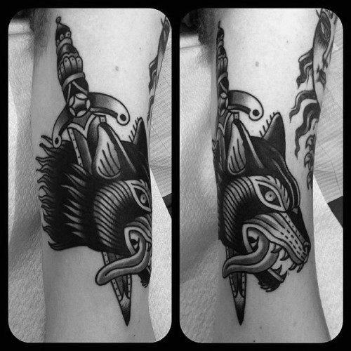tatuaje clasico daga para hombre 62